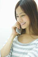 携帯電話で会話をする女性