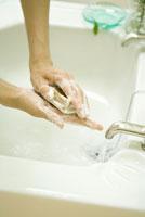月桂樹のハーブ石鹸を泡立てる手元