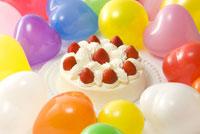 風船で囲んだいちごのデコレーションケーキ