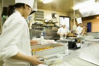 洋菓子店で働く女性パティシエ