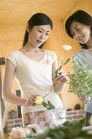 生け花をする2人の女性