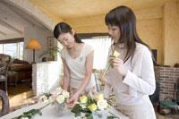 生け花をする2人の女性 28182000143| 写真素材・ストックフォト・画像・イラスト素材|アマナイメージズ