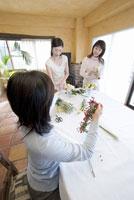 生け花をする3人の女性