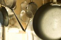吊られている調理器具 28182000154| 写真素材・ストックフォト・画像・イラスト素材|アマナイメージズ