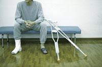 松葉杖と患者 28182000373| 写真素材・ストックフォト・画像・イラスト素材|アマナイメージズ