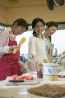 料理をする笑顔の三人の女性