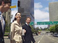 道路を横断する男女3人