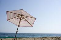海とパラソル 28186000173| 写真素材・ストックフォト・画像・イラスト素材|アマナイメージズ