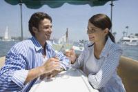 乾杯するカップル 28186000217| 写真素材・ストックフォト・画像・イラスト素材|アマナイメージズ