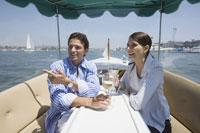 船上でくつろぐカップル