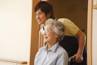 車椅子に乗るシニア女性と介護士 28194000271| 写真素材・ストックフォト・画像・イラスト素材|アマナイメージズ