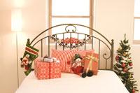 ベッドに置かれたプレゼントとクリスマスツリー