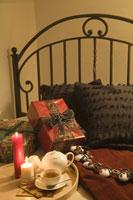 ベッドに置かれたクリスマスギフト