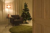 ドア越しのクリスマスツリーとソファー