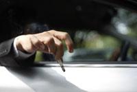 タバコを持った男性の手元