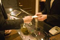 カードを店員に手渡す客