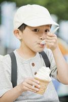 アイスクリームを食べる男の子 28202000418| 写真素材・ストックフォト・画像・イラスト素材|アマナイメージズ