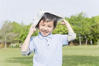 新聞紙の兜をかぶる男の子