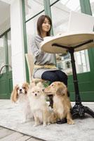 カフェに座る女性と犬