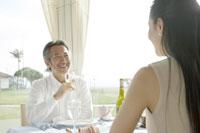 ワインを飲みながら会話する夫婦