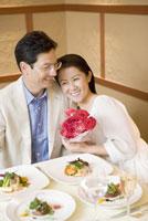 レストランで寄り添うミドル夫婦