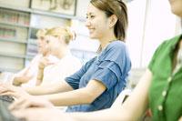 笑顔でパソコンをする女子学生