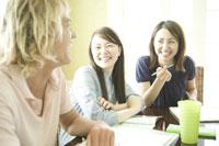 笑顔で男性を見るふたりの女性 28208000702  写真素材・ストックフォト・画像・イラスト素材 アマナイメージズ