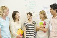 笑顔で話す学生たち