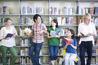 図書室で話す学生たち