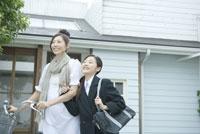 母親と腕を組んで歩く女の子