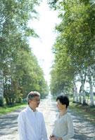 一本道に佇むシニア夫婦 28208001811| 写真素材・ストックフォト・画像・イラスト素材|アマナイメージズ