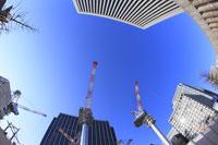 クレーンと丸の内周辺の高層ビル
