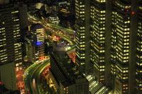 高層ビルから新宿の夜景と首都高速道路