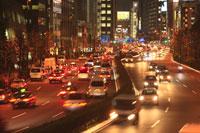 青山通りから青山一丁目方面の夜景 29000000540| 写真素材・ストックフォト・画像・イラスト素材|アマナイメージズ