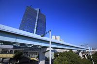 高層ビルとゆりかもめ高架橋
