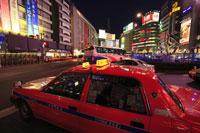池袋駅東口駅前のタクシーと夜景