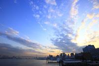 レインボーブリッジと夕焼け空 29000000844| 写真素材・ストックフォト・画像・イラスト素材|アマナイメージズ