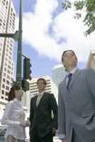 街角に立つビジネスマンたち