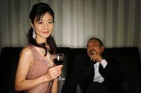 ワインを持った女性と葉巻を持った男性 29951000011| 写真素材・ストックフォト・画像・イラスト素材|アマナイメージズ