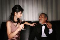 ワインを持った女性と葉巻を持った男性