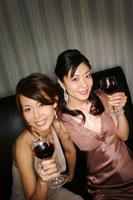 ワインを楽しむ2人の女性