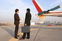 飛行機と2人の男性
