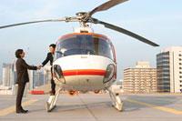 ヘリコプターに乗り込む男性と見送る男性