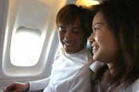 機内でくつろぐカップル