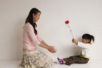 母と女の子 29957000047| 写真素材・ストックフォト・画像・イラスト素材|アマナイメージズ
