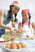調理の準備をする母と子 29960000020| 写真素材・ストックフォト・画像・イラスト素材|アマナイメージズ
