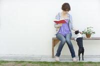ベンチに座って本を読む女性と犬 29962000023| 写真素材・ストックフォト・画像・イラスト素材|アマナイメージズ