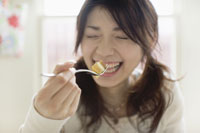 ティータイムにケーキを食べる女性 29962000058| 写真素材・ストックフォト・画像・イラスト素材|アマナイメージズ