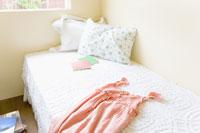 ベッドに置かれた服と本