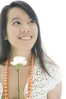 カーネーションを持つ日本人女性 29967000121| 写真素材・ストックフォト・画像・イラスト素材|アマナイメージズ